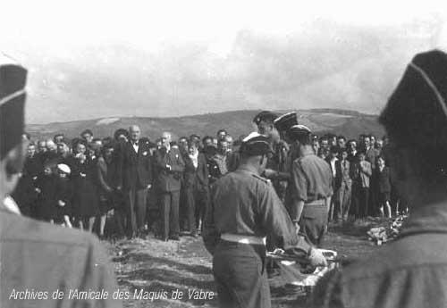 Août 1945 – Pierre Plantée pour les morts du maquis. Les résistants « civils » sont présents. La main sur le menton : Frédéric Bousquet, Président du C.D.L. du Tarn. A côté de lui : Henry de Rouville membre du C.D.L., Président de la